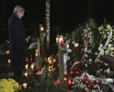 Secretary Kerry Lays Wreath at Grave of Former Polish PM Tadeusz Mazowiecki